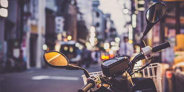 Portar paqueteria en moto